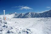 Hory, sníh a obloha. — Stock fotografie
