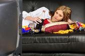 ソファの上の 10 代の少女 — ストック写真