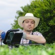Gardening, cutting hedge — Stockfoto