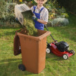 man in de tuin, compost bin — Stockfoto