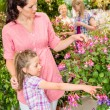 Young womwith daughter visit botanic garden — Stock Photo #12060191