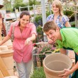 Customers choose flower pots in garden center — Stock Photo