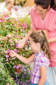 Botanic garden child mother looking at flowers — Stock Photo