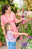 Young woman with daughter visit botanic garden — Stock Photo