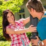 giovane coppia giocoso sorridente nel parco soleggiato — Foto Stock