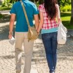 coppia mano nella mano, camminando nel parco — Foto Stock
