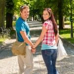amore coppia Godetevi passeggiate nel parco soleggiato — Foto Stock