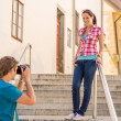 Foto Stock: Young couple in city take photos