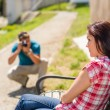 若い男が彼のガール フレンドの写真を撮る — ストック写真