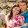 Young couple in love leaning against wall - Stockfoto