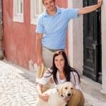 年轻夫妇与狗在楼梯上休息 — 图库照片