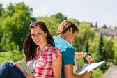 Mladá žena drží mapa návštěvy turistické destinace — Stock fotografie