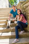 年轻夫妇举行城市地图阳光灿烂的日子 — 图库照片