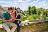 Mladí manželé na dovolené, při pohledu na mapu — Stock fotografie