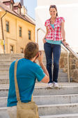 Young couple in city take photos — Stock Photo