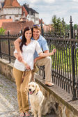 年轻夫妇与狗在历史镇 — 图库照片