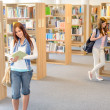 High school students at library read books — ストック写真