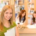 estudiante adolescente de biblioteca de la escuela secundaria en verde — Foto de Stock