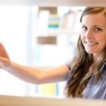 mujer secundaria biblioteca estudiante elige libro — Foto de Stock