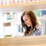 High School secundaria biblioteca estudiante mujer leer libro — Foto de Stock