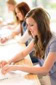 教室での幸せな学生 — ストック写真