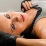 kickboxer mujer de negro relajarse en piso — Foto de Stock