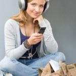 jeune femme tenant son téléphone portable — Photo