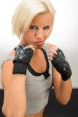 Žena připraveni k boji s kickbox rukavice — Stock fotografie