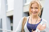 到学校拿书的年轻快乐的女人 — 图库照片