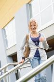 Adolescente sosteniendo libros a la escuela — Foto de Stock