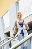 Adolescente, tenue de livres à l'école — Photo