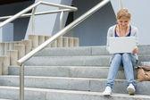 十几岁的女孩在她的便携式计算机上工作 — 图库照片