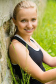 Jonge gelukkig mooie vrouw die lacht portret vers — Stockfoto