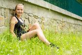 Jovem mulher esportiva relaxar no treino de grama — Foto Stock