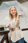 νεαρή γυναίκα ευτυχισμένη στη βροχή με ομπρέλα — Φωτογραφία Αρχείου