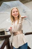 šťastná dívka v dešti s deštníkem — Stock fotografie
