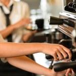 zblízka do rukou servírka kafe — Stock fotografie