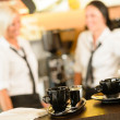 Selective focus of coffee mugs in cafe — Stock fotografie