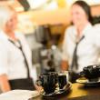 selektivní zaměření hrníčky na kávu v kavárně — Stock fotografie