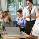 Kellnerin, die Bestellung von Unternehmern im Café zu nehmen — Stockfoto