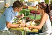 Para trzymając się za ręce flirtu w kawiarni szczęśliwy — Zdjęcie stockowe