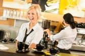 Camarera sirviendo tazas de café hacer café espresso mujer — Foto de Stock
