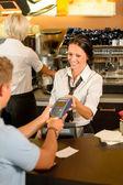 Payer la facture au café à l'aide de la carte de l'homme — Photo