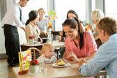 Pár krmení jejich dítě dort v kavárně — Stock fotografie