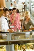 Garson kadınların kek penceresi ekranda gösteriliyor — Stok fotoğraf