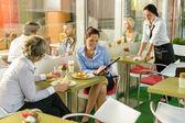 Mujeres empresarias hablando de negocios en almuerzo pausa café — Foto de Stock