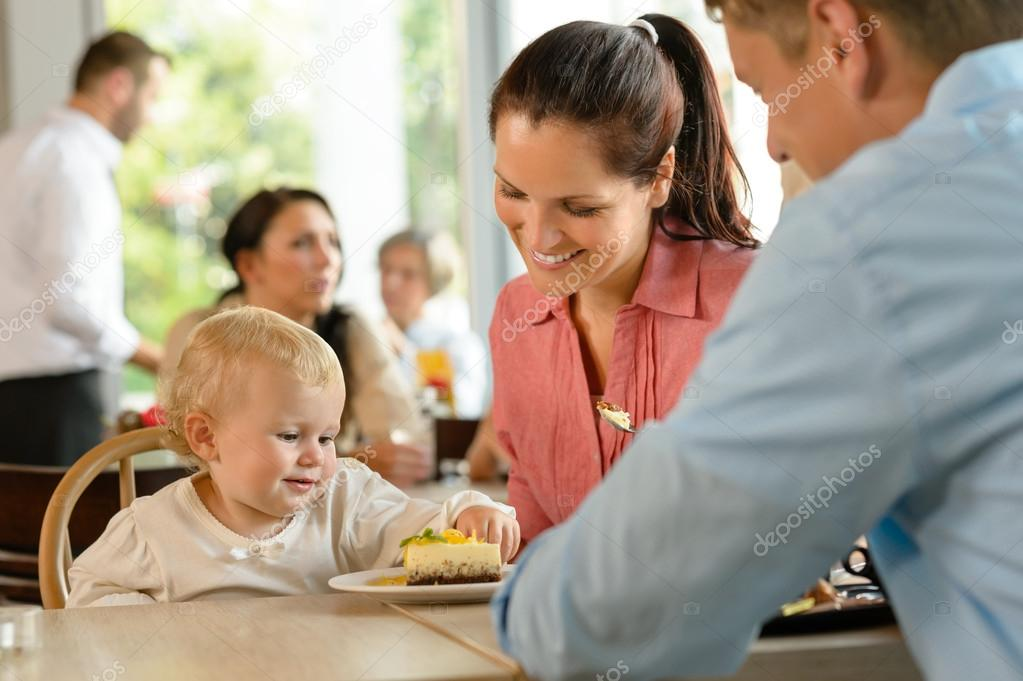 Mother and father with child eating cake woman man cafe — Stock Photo #12729303