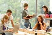 Studenti střední školy učení v studii dospívající mladé — Stock fotografie