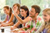 Estudante de ensino levantando a mão na classe — Foto Stock