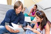 Studente aiutando il suo collega con scuola lavoro — Foto Stock